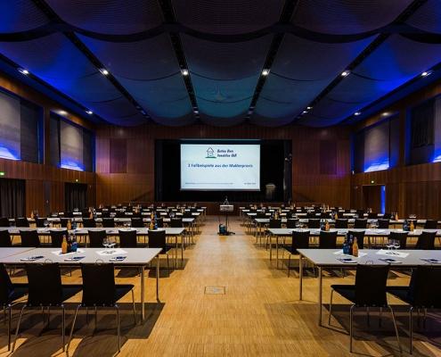 Gleich geht die Veranstaltung los. Das Bild zeigt den vorbereiteten noch leeren Seminarraum.
