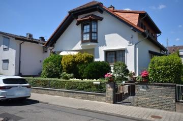 DIETZ: Gehobenes Zweifamilienhaus mit TOP-angelegtem Garten + Garage für 3 PKW, 64859 Eppertshausen, Zweifamilienhaus