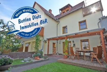 DIETZ: Sehr gepflegtes Einfamilienhaus im Landhausstil mit 3 Balkonen, 2 Garagen und Terrasse!, 64832 Babenhausen, Einfamilienhaus