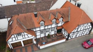 DIETZ: Zweifamilienhaus auf 2 Ebenen mit Doppelgarage, Kachelofen, Badewanne+Dusche, 64832 Babenhausen, Renditeobjekt