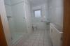 3 Zimmer Erdgeschosswohnung mit 2 Terrassen u. Garten  in ruhiger naturnahmer Umgebung von Babenhausen-Harreshausen - Blick ins Badezimmer mit Wanne und Dusche
