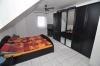 Familiengerechtes Einfamilienhaus mit Terrasse, Garten und  Doppel-Carport, in Ortsrandlage von Schaafheim! - Schlafzimmer 1 von 3