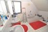 Familiengerechtes Einfamilienhaus mit Terrasse, Garten und  Doppel-Carport, in Ortsrandlage von Schaafheim! - Badezimmer mit Wanne & Dusche & Bidet