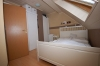 SONNIGE moderne 2 Zimmer Wohnung mit überdachtem Balkon und Einbauküche. (Nähe Frankfurt, Offenbach, Hanau) - Einblick ins Schlafzimmer