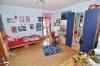 DIETZ: Freistehendes Einfamilienhaus mit großem Garten und Garage! - Schlafzimmer 2 von 4