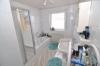 **VERMIETET**DIETZ:  Helle 3 Zi. EG Wohnung - gepflegtes Wohnhaus mit 2 Balkonen und KFZ-Stellplatz! Direkte Feldrandlage! - Badezimmer mit Wanne und Dusche