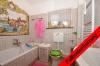 **VERMIETET**DIETZ: Tolle 4 Zimmer Erdgeschosswohnung mit Terrasse und Garten in schöner Wohnlage von Nieder-Roden! - Tageslichtbad 2 von 2