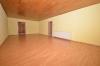**VERMIETET**DIETZ: Große 4 Zimmer Erdgeschosswohnung mit Gartennutzung im 2 Familienhaus - in ruhiger Lage von Groß-Zimmern - Wohnzimmer