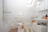 DIETZ: TOP 3 Zimmerwohnung mit Balkon - PKW-Stellplatz - optionaler Einbauküche in guter Lage von Nieder-Roden - Tageslichtbad mit Wanne