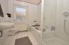 DIETZ: Neu renovierte 3 Zimmerwohnung - Wanne, Dusche, G-WC, T-Garage - Tageslichtbad mit Badewanne und Dusche