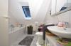 **VERMIETET**DIETZ: Gemütliche Dachgeschosswohnung in kleiner Wohneinheit! Mit überdachten Balkon + PKW-Stellpl - Tageslichtbadjpg