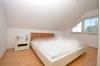 **VERMIETET**DIETZ: Moderne 3 Zimmer Dachgeschosswohnung, Einbauküche, Wanne, Dusche, Garage - Schlafzimmer 1 von 2