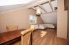 **VERMIETET**DIETZ: Teilmöblierte 2,5 Zimmer Dachgeschosswohnung mit Einbauküche - PKW-Stellplatz - Wanne+Dusche - Wohnen und Essen
