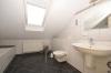 **VERMIETET**DIETZ: Teilmöblierte 2,5 Zimmer Dachgeschosswohnung mit Einbauküche - PKW-Stellplatz - Wanne+Dusche - Tageslichtbad