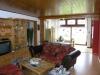 **VERKAUFT**   Walmdachbungalow mit Naturgarten. (eine Grundrenovierung ist erforderlich) - Helles Wohnzimmer mit Ausblick in den Garten