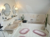 **VERKAUFT**  EXKLUSIVE große Doppelhaushäfte mit Garten und Garage (Tadeloser Zustand) - Hell gefliestes modernes Badezimmer mit Dusche und Wanne
