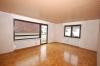 **VERKAUFT** 1996 modernisiertes  2 Familienhaus mit 3 Garagen und Garten. **Komplett frei und super günstig** - Wohnbereich im Obergeschoss