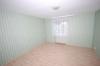 **VERKAUFT**  Ein Haus für 2 Generationen mit Ausbaureserven. mit 2 großen Garagen und 812 m² großem Grundstück !!! - Blick ins Schlafzi.(EG)