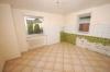 **VERKAUFT**  Ein Haus für 2 Generationen mit Ausbaureserven. mit 2 großen Garagen und 812 m² großem Grundstück !!! - Einblick in die Küche