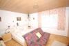 **VERKAUFT**  Freistehendes 2 Familienhaus mit 3 Garagen in ruhiger Lage von Babenhausen - Blick in ein Schlafzimmer