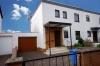 Charmante Doppelhaushälfte mit Feldblick (Lage, Lage, Lage) - Vordere Ansicht mit Garage u. Hof
