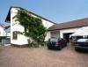 **Verkauft**  Freistehendes 2 Familienhaus auf 682 m² Grundstück mit 2 Garagen !!! - Hausansicht mit Gargen u. Hof
