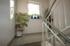 **VERKAUFT** Hochwertig ausgestattete SAHNE ETW im Feng Shui-Stil. - mit 2 Tiefgaragenstellplätzen u. Balkon - Blick ins Treppenhaus, wie neu