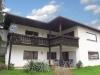 **VERKAUFT**DIETZ:   Freistehender Walmdachbungalow mit Einliegerwohnung  auf 1026 m² Grundstück. - Blick Richtung Terrasse u. Balkon