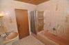 **VERKAUFT**DIETZ:   Freistehender Walmdachbungalow mit Einliegerwohnung  auf 1026 m² Grundstück. - Weitere Badezimmeransicht