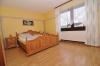 **VERKAUFT**DIETZ: XXL-Einfamilienhaus für die Großfamilie in zentraler  bevorzugter Lage mit Terrasse, 2 Balkonen, Garten und Garage - Schlafzimmer 1 (OG)