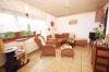 **VERKAUFT**DIETZ: Modernisiertes Einfamilienhaus mit traumhaftem Garten - Blick ins Wohnzimmer