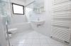 **VERKAUFT**DIETZ: 2-3 Zimmerwohnung mit SÜD-LOGGIA, modernem Tageslichtbad mit Wanne und KFZ-Stellplatz im 3 Fam.Haus - Tageslichtbad mit Handtuchwärmer