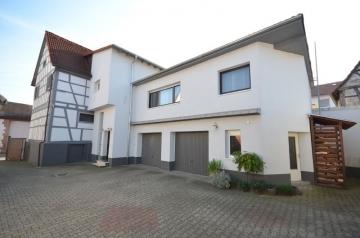 **VERKAUFTT**DIETZ: Für Eigennutzung oder Kapitalanlage Viel modernisierter Wohnraum mit 2 Garagen, 64354 Reinheim, Zweifamilienhaus